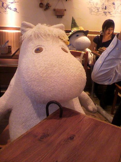 写真: テーブルにやってくるムーミン