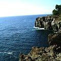写真: 城ヶ崎海岸は、大室山が約4000年前に噴火したとき溶岩が海に流れ出し、海の侵食作用で削られてできた雄大な出入りの激しい溶岩岩石海岸(リアス式海岸)です。
