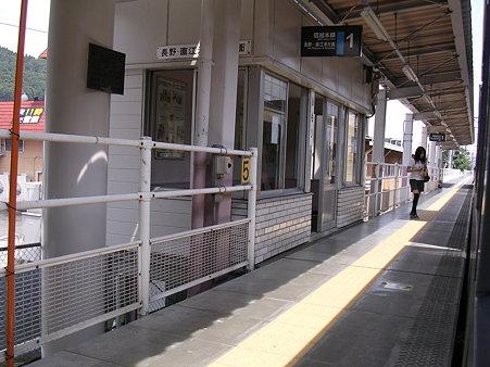 安茂里駅ホーム