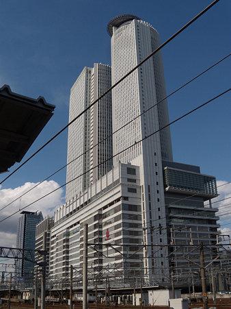 あおなみ線名古屋駅ホームから見るタワーズ