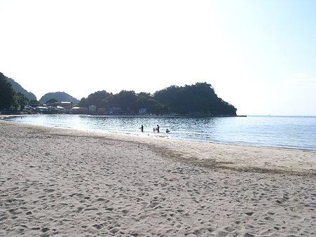 岩地海岸の左手には漁港と日和山