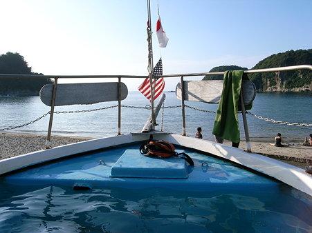 岩地海岸にある船型の温泉