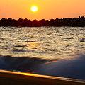 写真: 日本海に沈む夕陽と、光芒も!