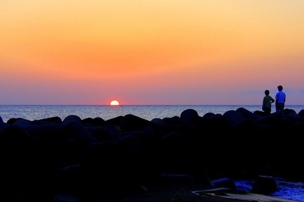 写真: 日本海に沈む夕陽