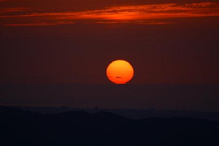 日本海に沈む夕陽(1)17:34 ちょっとだけ足が! キゴ山から