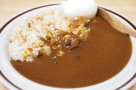 玄米とカレーとゆで卵