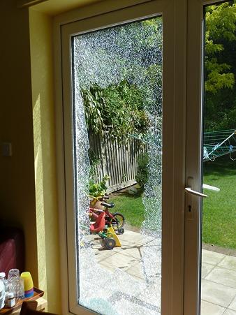 ガラスが飛び散って危ない
