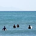 写真: 波を待つ