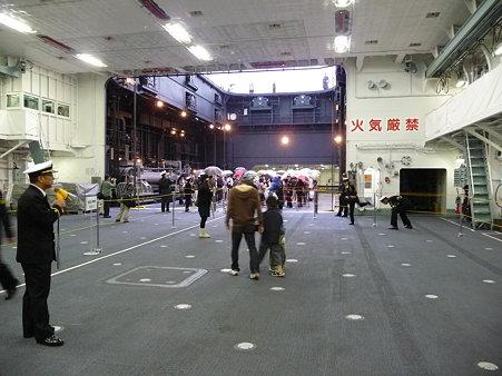 091024-ひゅうが 格納庫乗船後 (7)