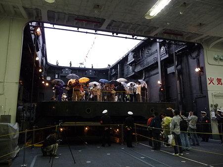 091024-ひゅうが 格納庫から船首リフター (22)