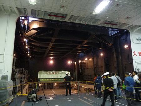 091024-ひゅうが 格納庫から船首リフター (28)