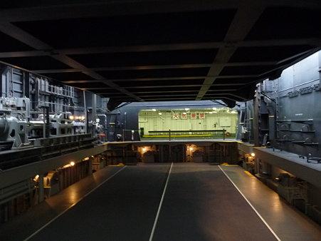 091024-ひゅうが 格納庫から船首リフター (5)