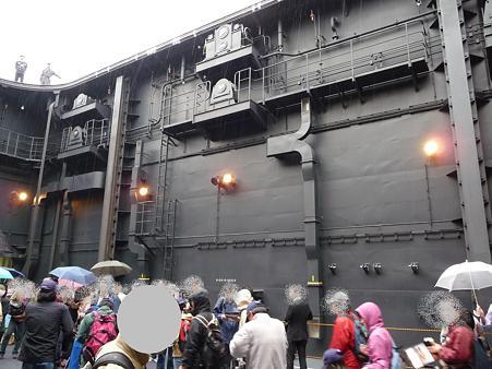 091024-ひゅうが 船首リフターに乗る (3)