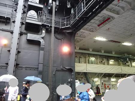 091024-ひゅうが 船首リフターに乗る (4)