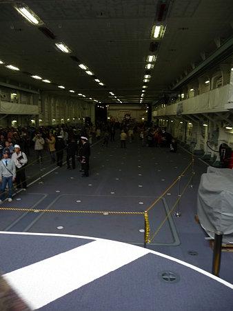 091024-ひゅうが 船首リフターに乗る (8)