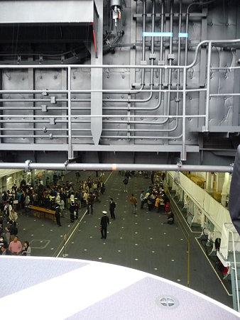091024-ひゅうが 船首リフターに乗る (12)