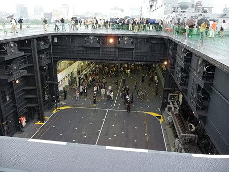 091024-ひゅうが 甲板から船尾リフター (13)