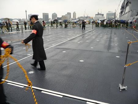 091024-ひゅうが 船尾リフターに乗る (1)