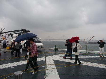 091024-ひゅうが 船尾リフターに乗る (2)