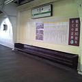 Photos: 鶴見駅4番線のベンチは、ありえないほど低い。
