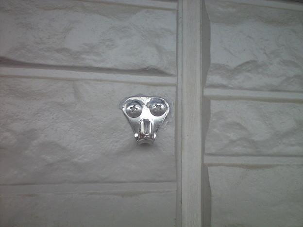外壁にフックを付けました