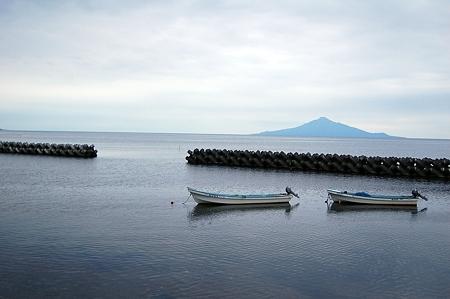 沖に利尻島