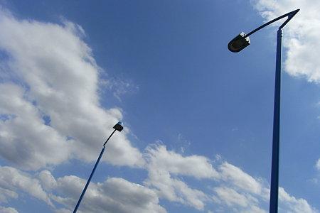 青空に青い道路灯