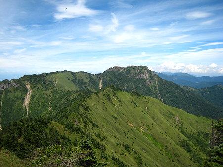 二ノ森山頂から望む石鎚山