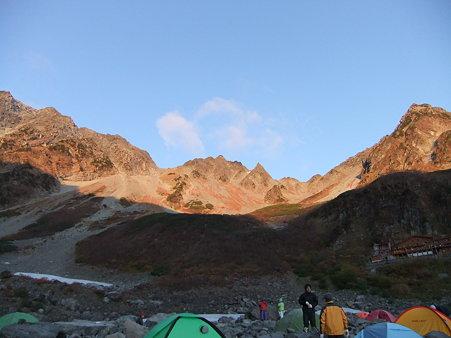徐々に日が当たる穂高連峰